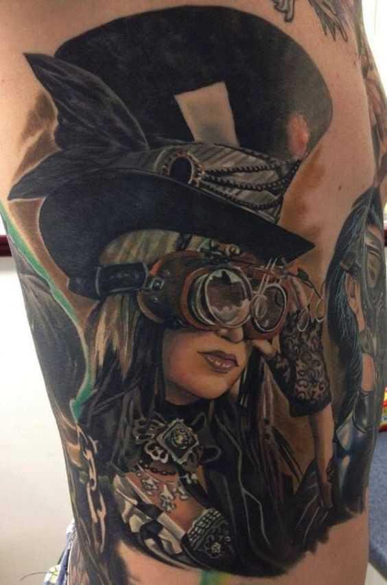 Fotos de tatuagem de uma menina no estilo steampunk ao lado de um cara