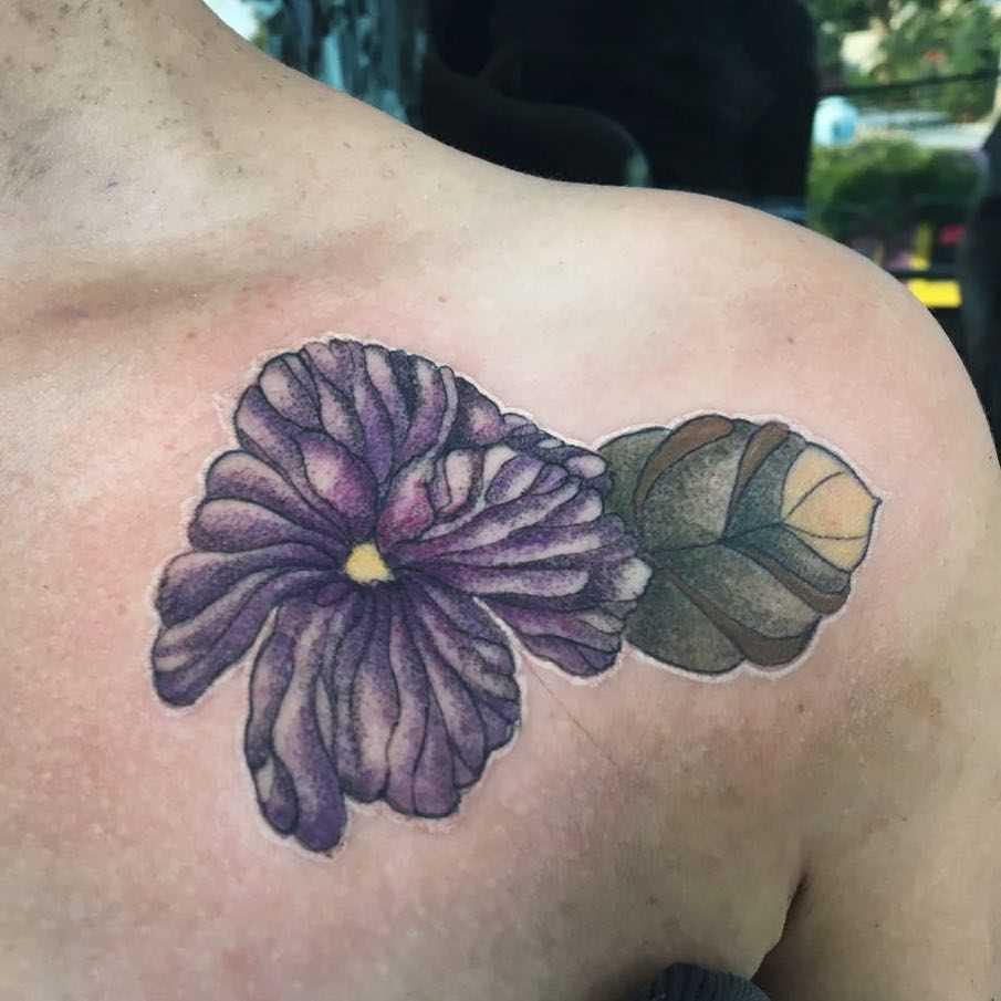 Fotos de tatuagem de violeta no peito da menina