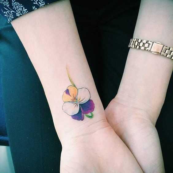Fotos de tatuagem de violeta no pulso da menina