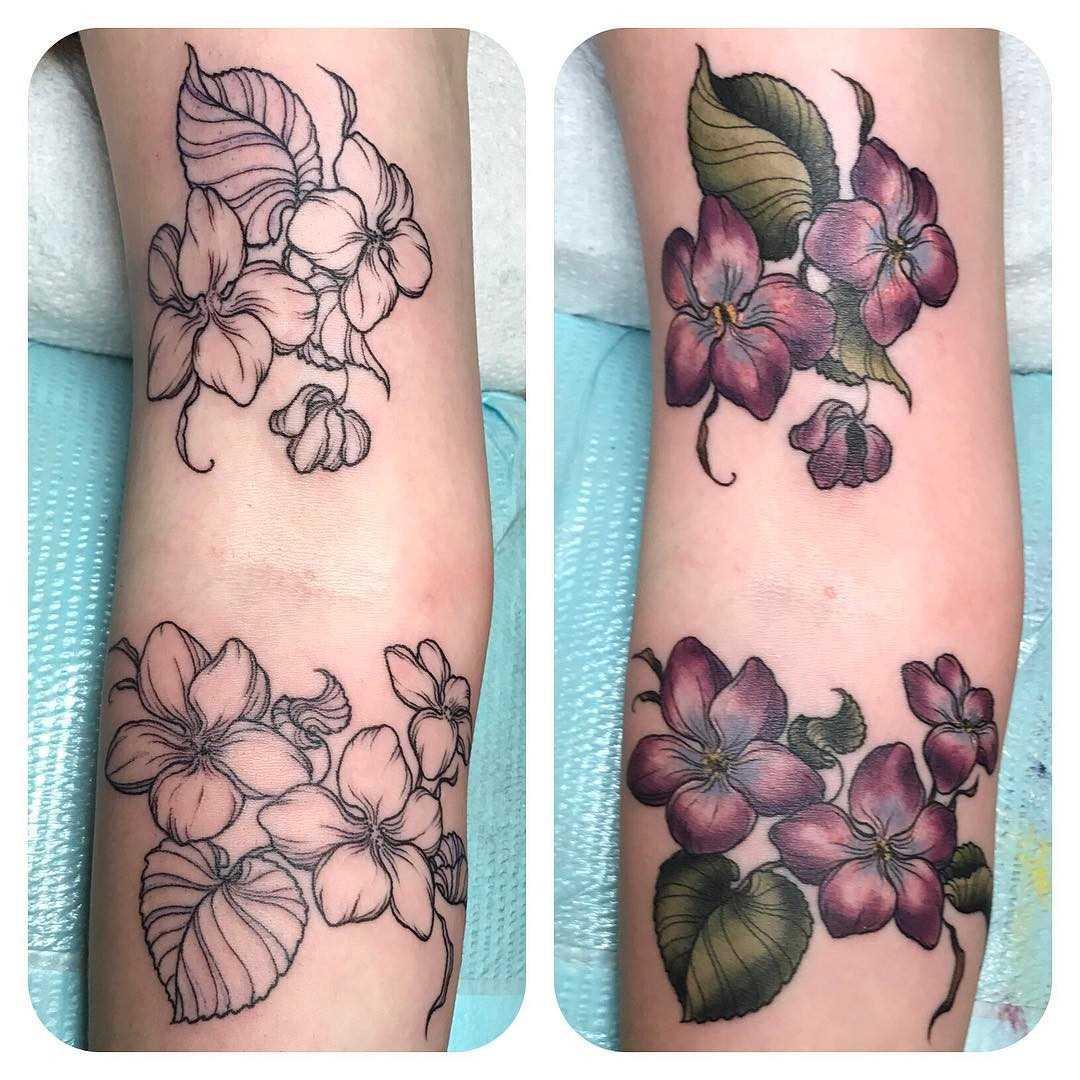 Fotos de tatuagem de violetas na mão da menina