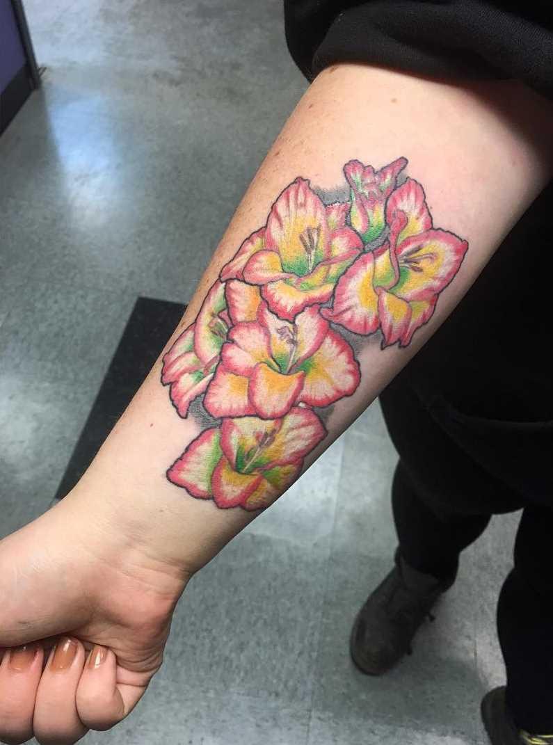 Fotos de tatuagem gladiola no antebraço da menina