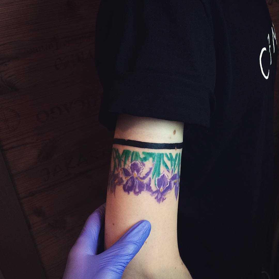Fotos de tatuagem íris na mão da menina