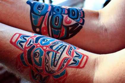 Fotos de tatuagens no estilo de haida no antebraço cara