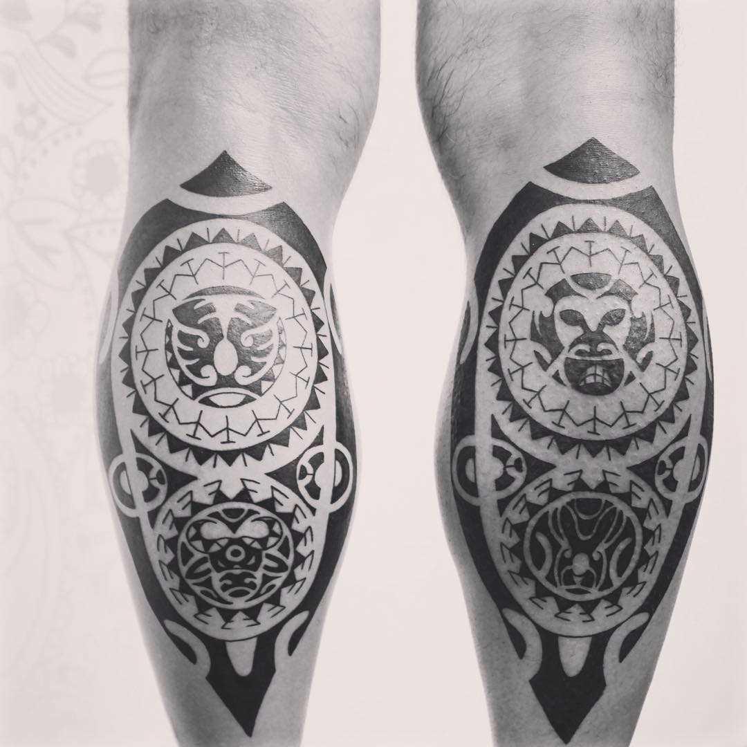 Fotos de tatuagens no estilo polinésia sobre a perna de um cara