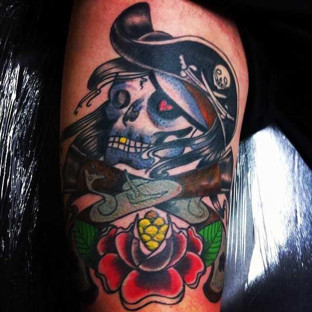 Imagem da cor de um pirata na mão de homens