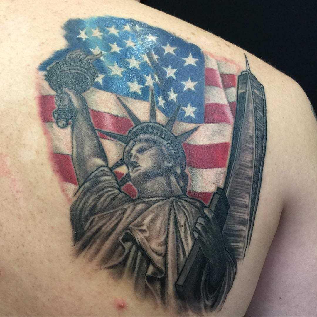 Imagem da estátua da liberdade com a bandeira do blade homens