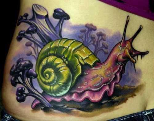 Íngreme desenho de um caracol na parte de trás da menina
