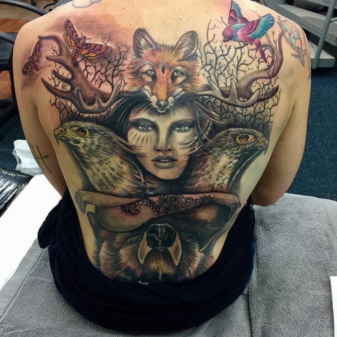 Íngreme figura do totem da menina e os animais nas costas da menina