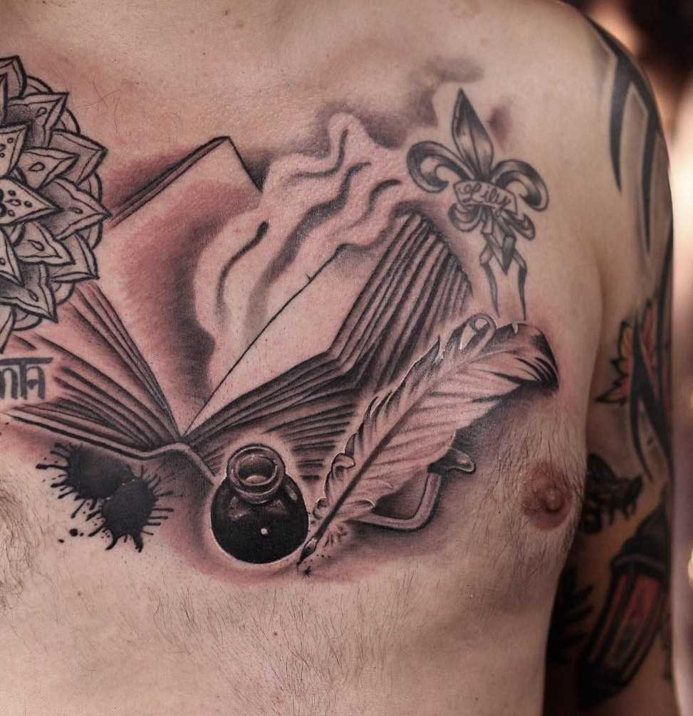 Legal a imagem de um livro com uma caneta no peito homens