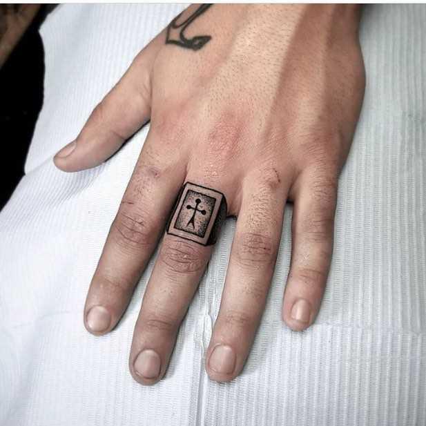 Legal a imagem do anel no terceiro dedo do cara