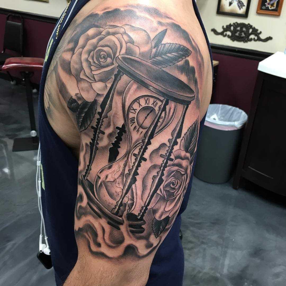 Legal a tatuagem de ampulheta com rosas na mão de homens