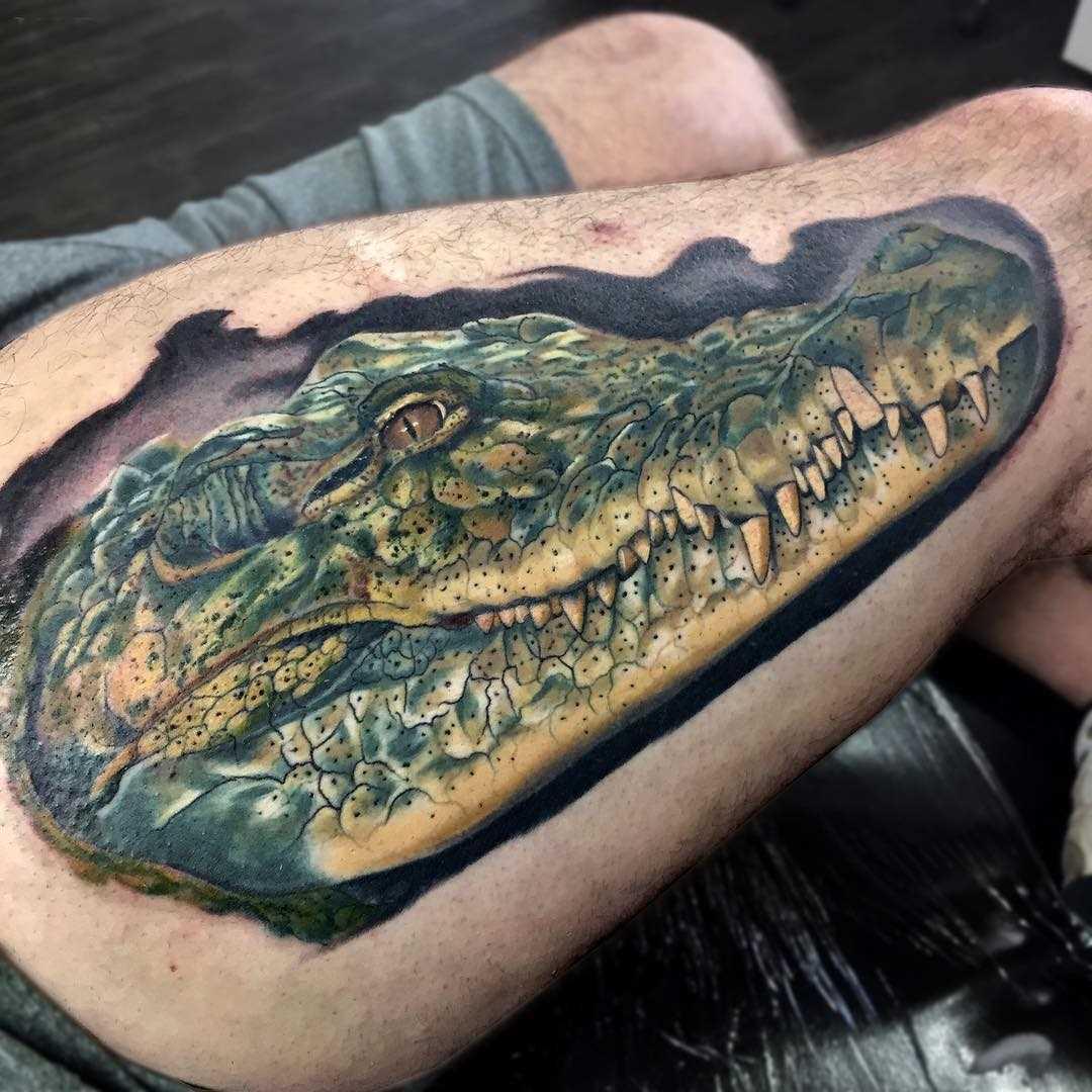Legal a tatuagem de crocodilo sobre a sua coxa tem um cara