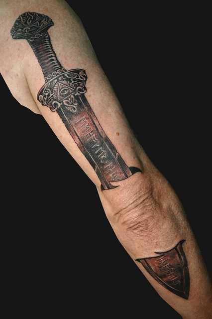 Legal a tatuagem de espada na mão de homens