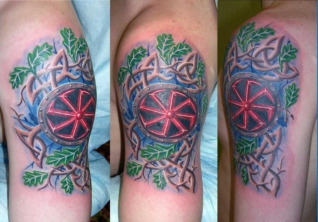 Tatuagem solstício no ombro do cara