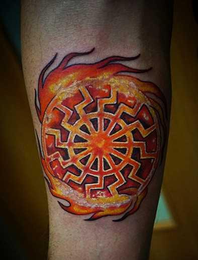 Legal a tatuagem de joss sol negro no antebraço cara
