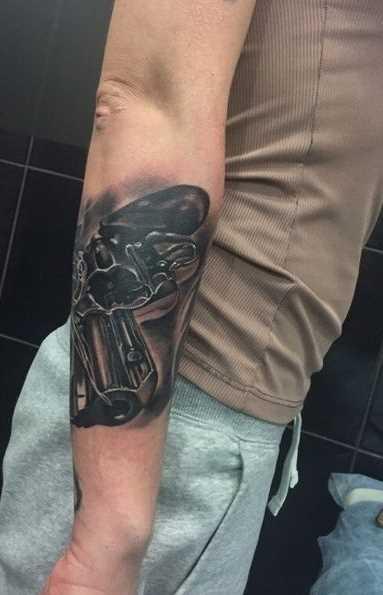 Legal a tatuagem de revólver no antebraço cara