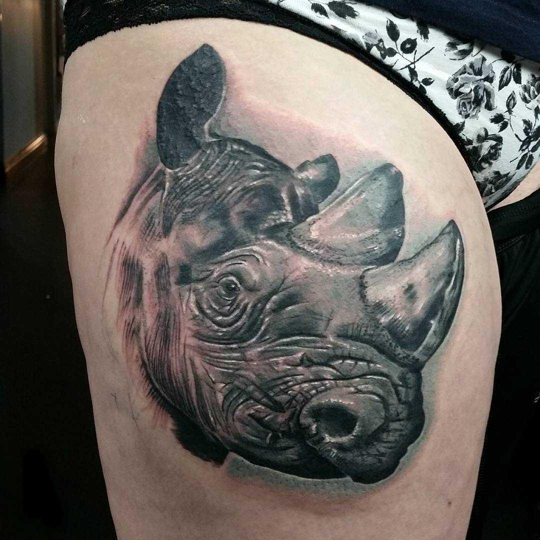 Legal a tatuagem de rinoceronte no quadril da menina