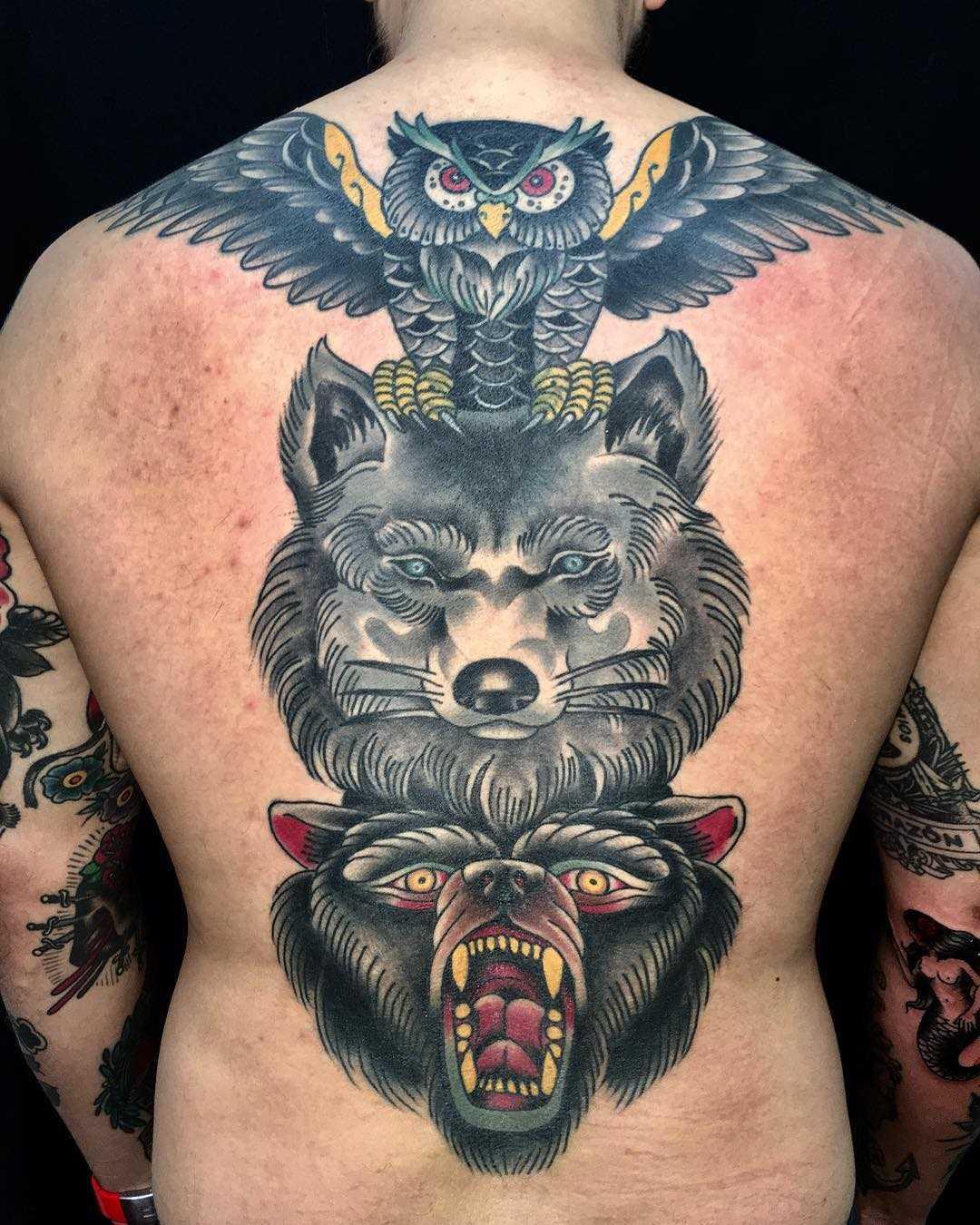 Legal a tatuagem de totem de corujas de lobo e urso nas costas do cara