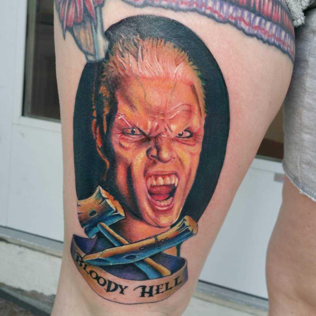 Legal a tatuagem de um vampiro no quadril da menina
