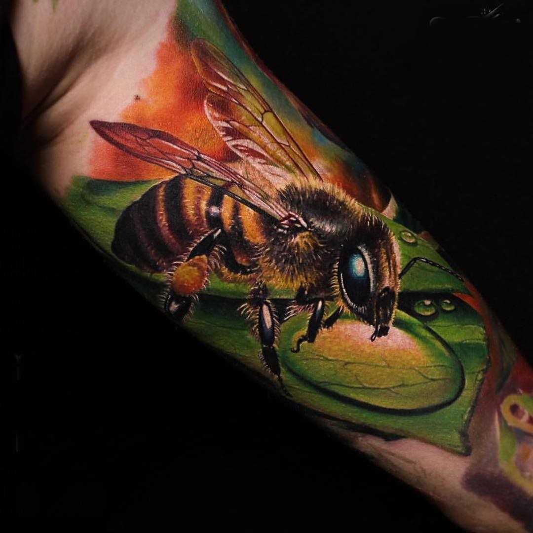 Legal a tatuagem de uma abelha na mão de um cara