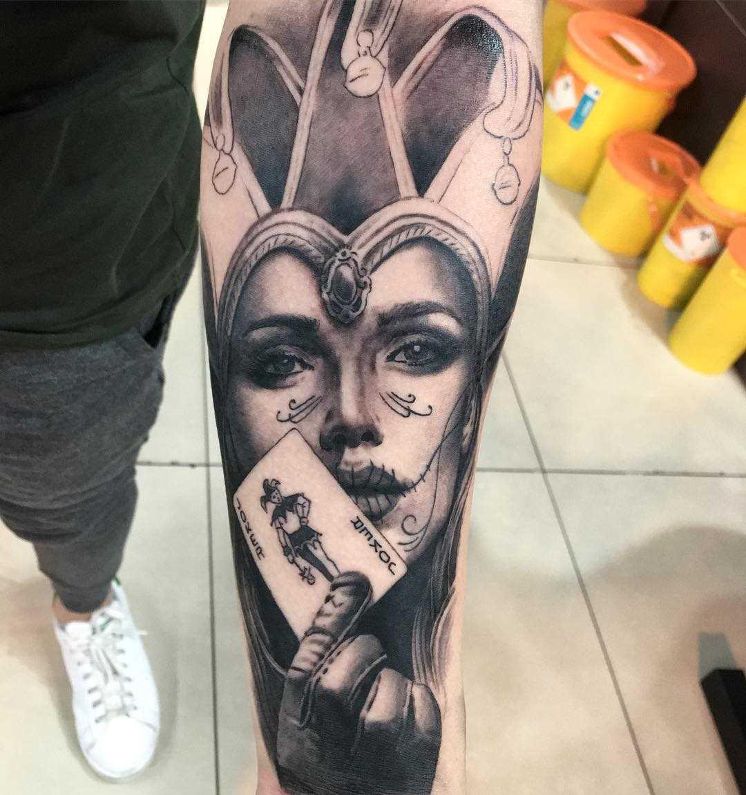 Legal a tatuagem de uma menina de bobo da corte com cartão no antebraço cara