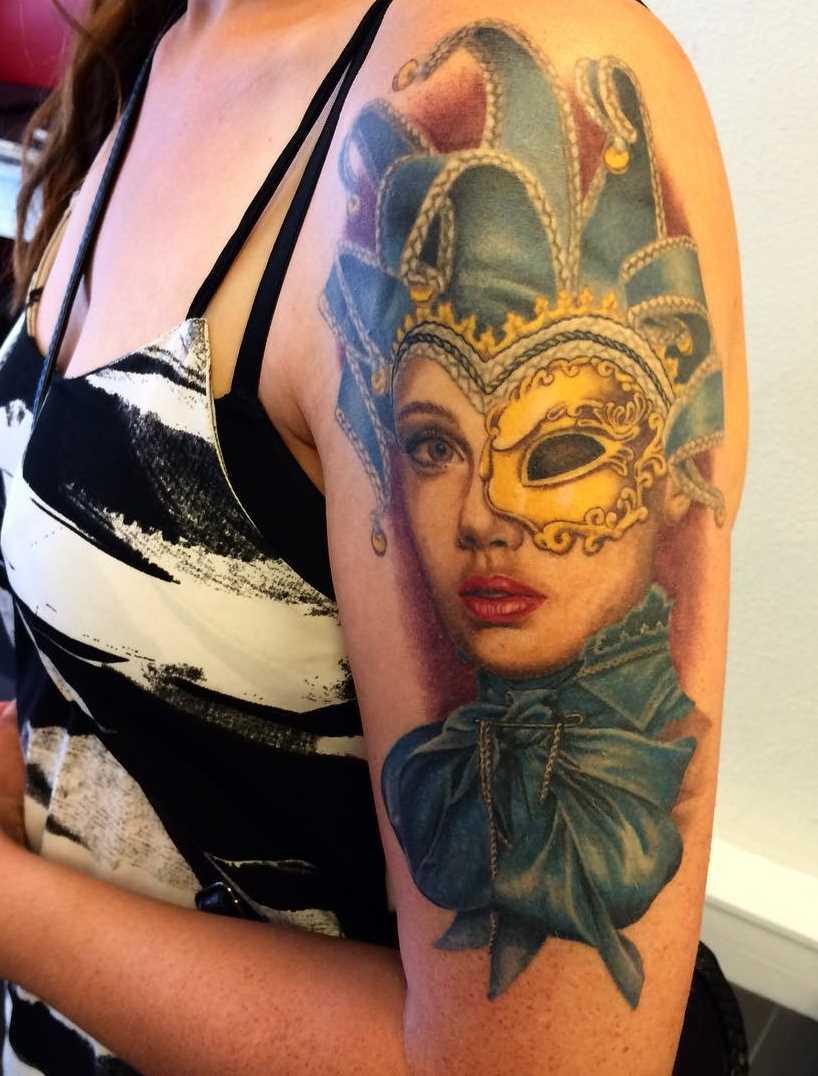 Legal a tatuagem de uma menina de bobo da corte no ombro da menina