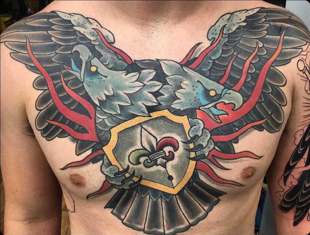 Legal a tatuagem do escudo com dvuglavym a águia no peito do homem