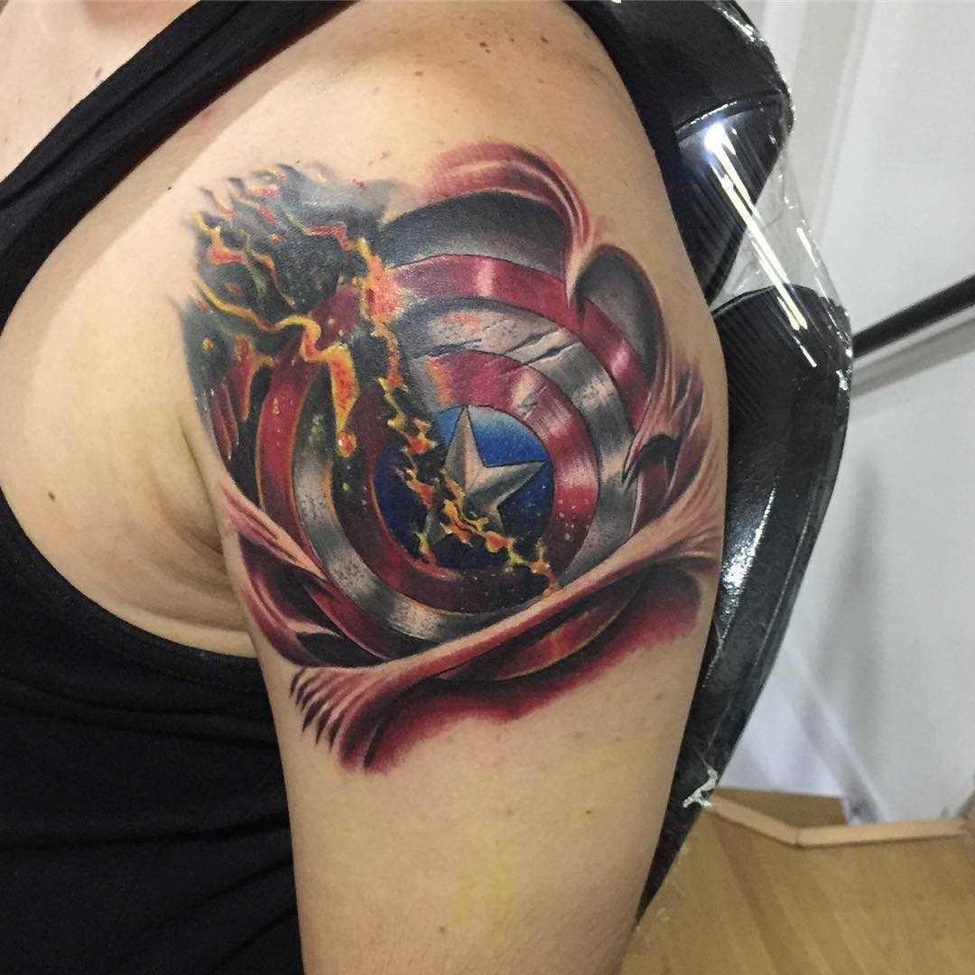 Legal a tatuagem do escudo no ombro de homens