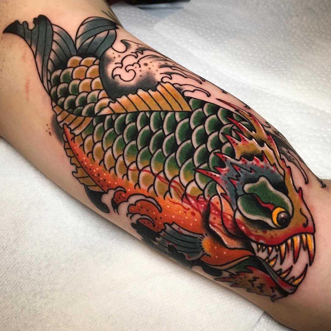 Legal a tatuagem é uma piranha na mão de um cara