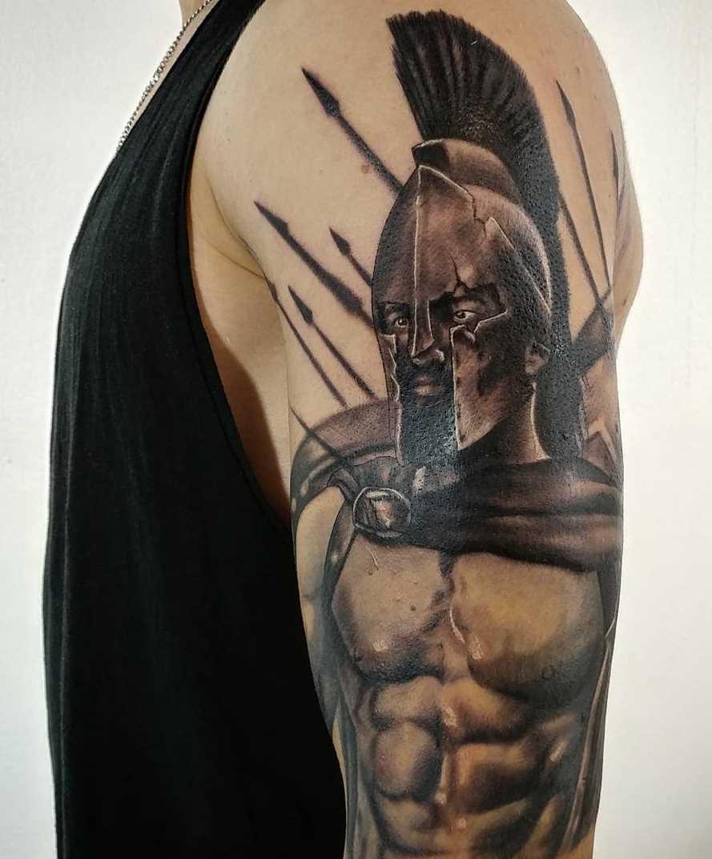 Legal a tatuagem espartano no ombro do cara