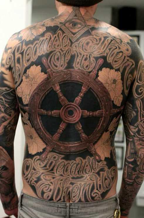 Legal a tatuagem na parte de trás do volante de um cara