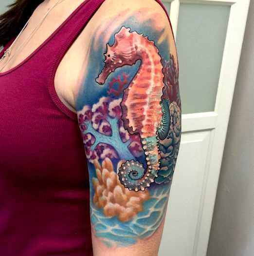 Legal tattoo do cavalo-marinho no ombro da mulher