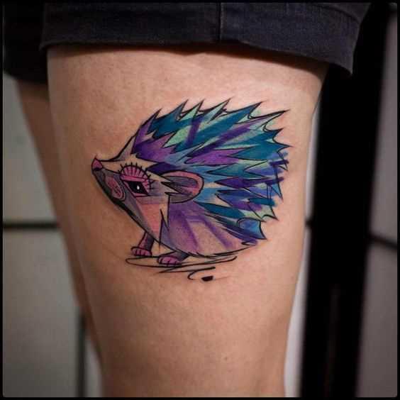 Linda tatuagem de um porco-espinho em sua coxa da menina