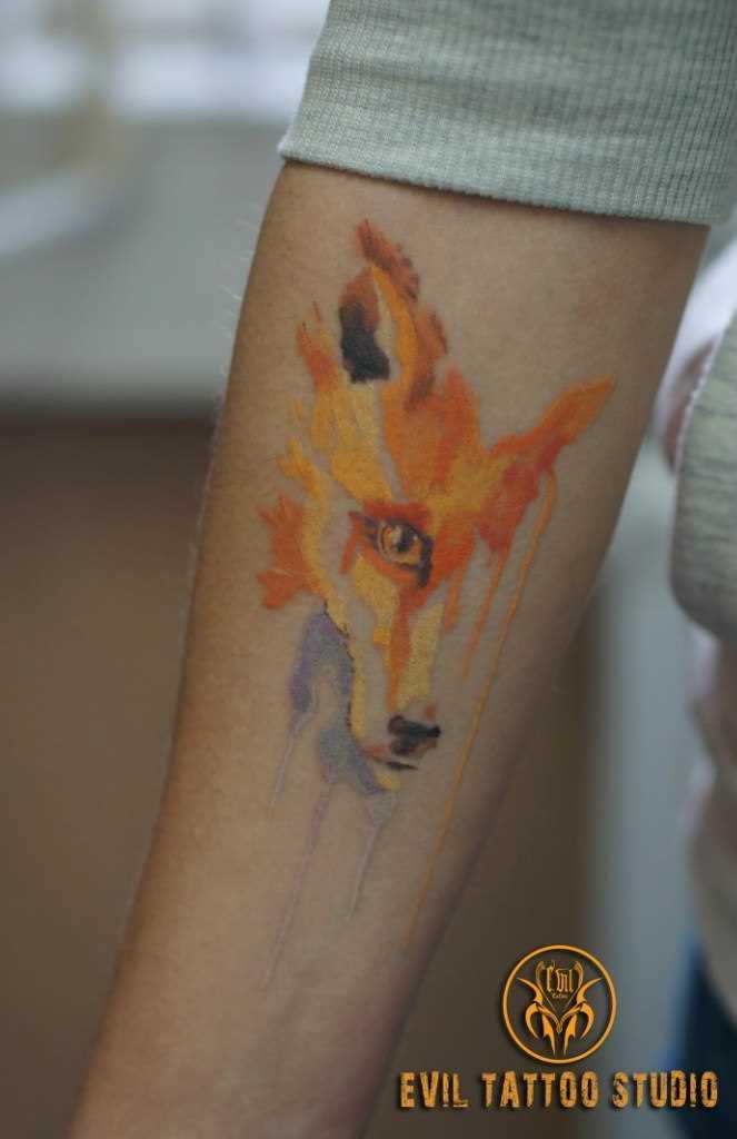 Lis - tatuagem no antebraço da menina
