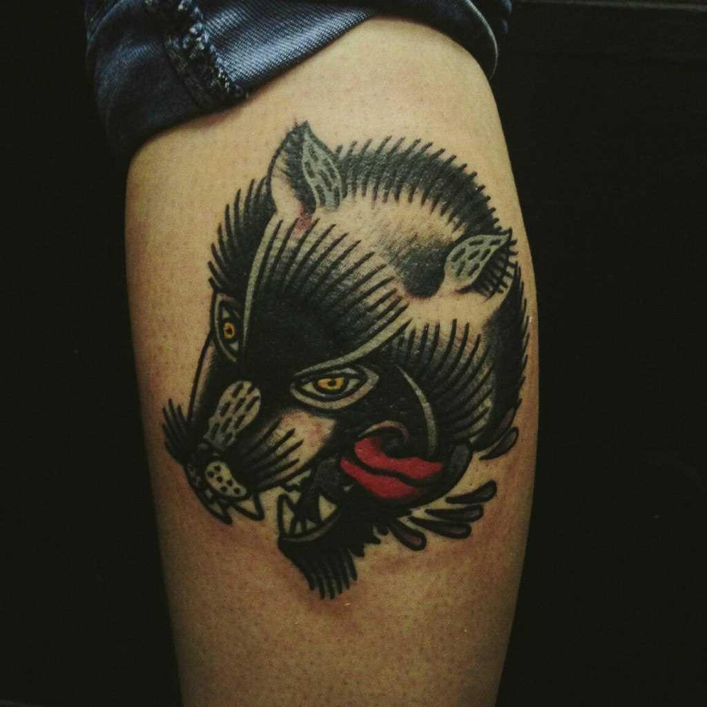 Lobo negro tatuagem na perna do cara no estilo oldschool