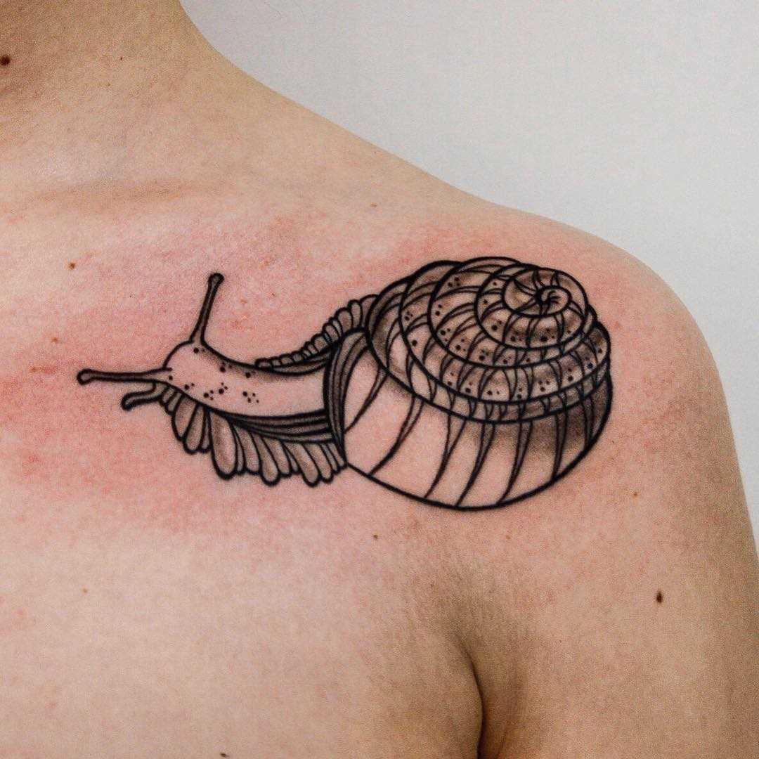 O desenho de um caracol na clavícula homens