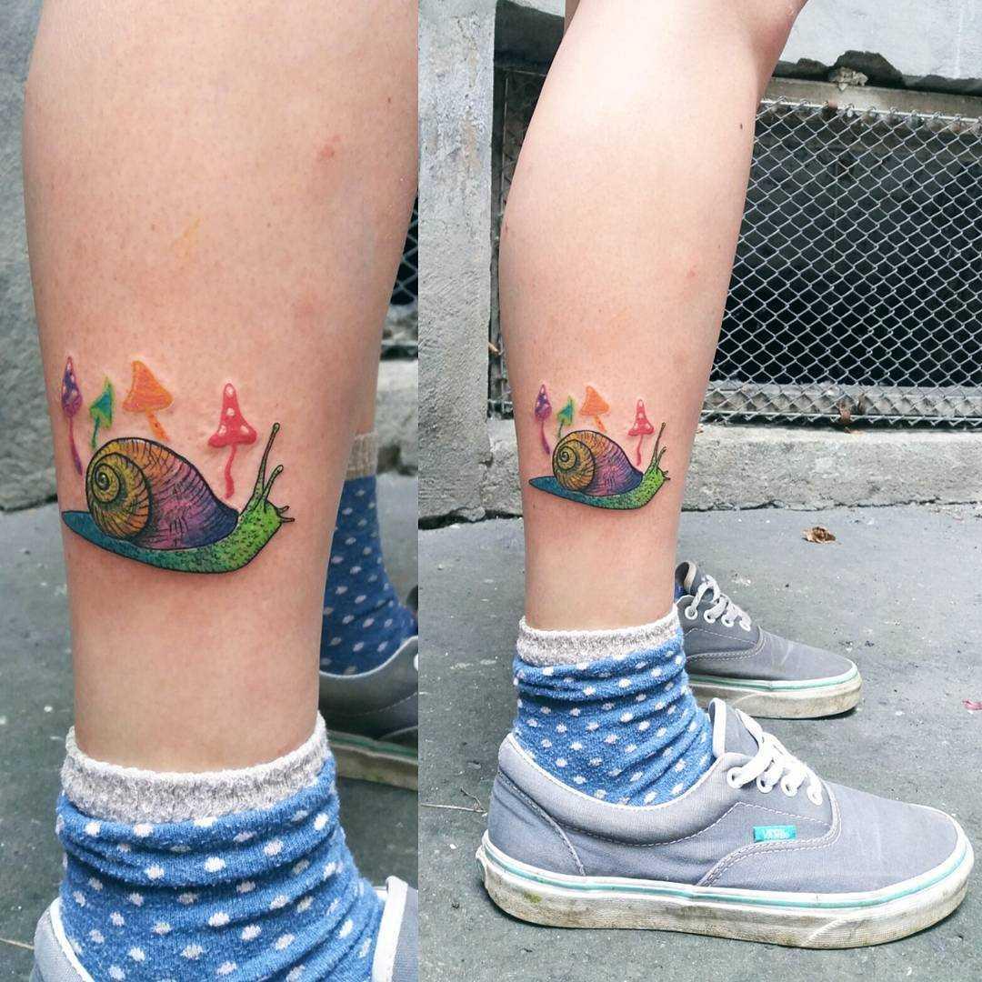 O desenho de um caracol sobre a perna da menina