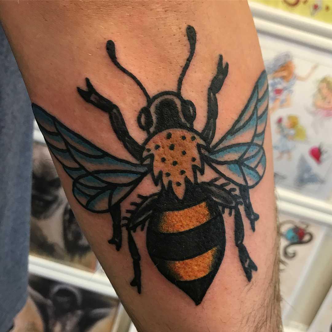 O desenho de uma abelha no antebraço homens