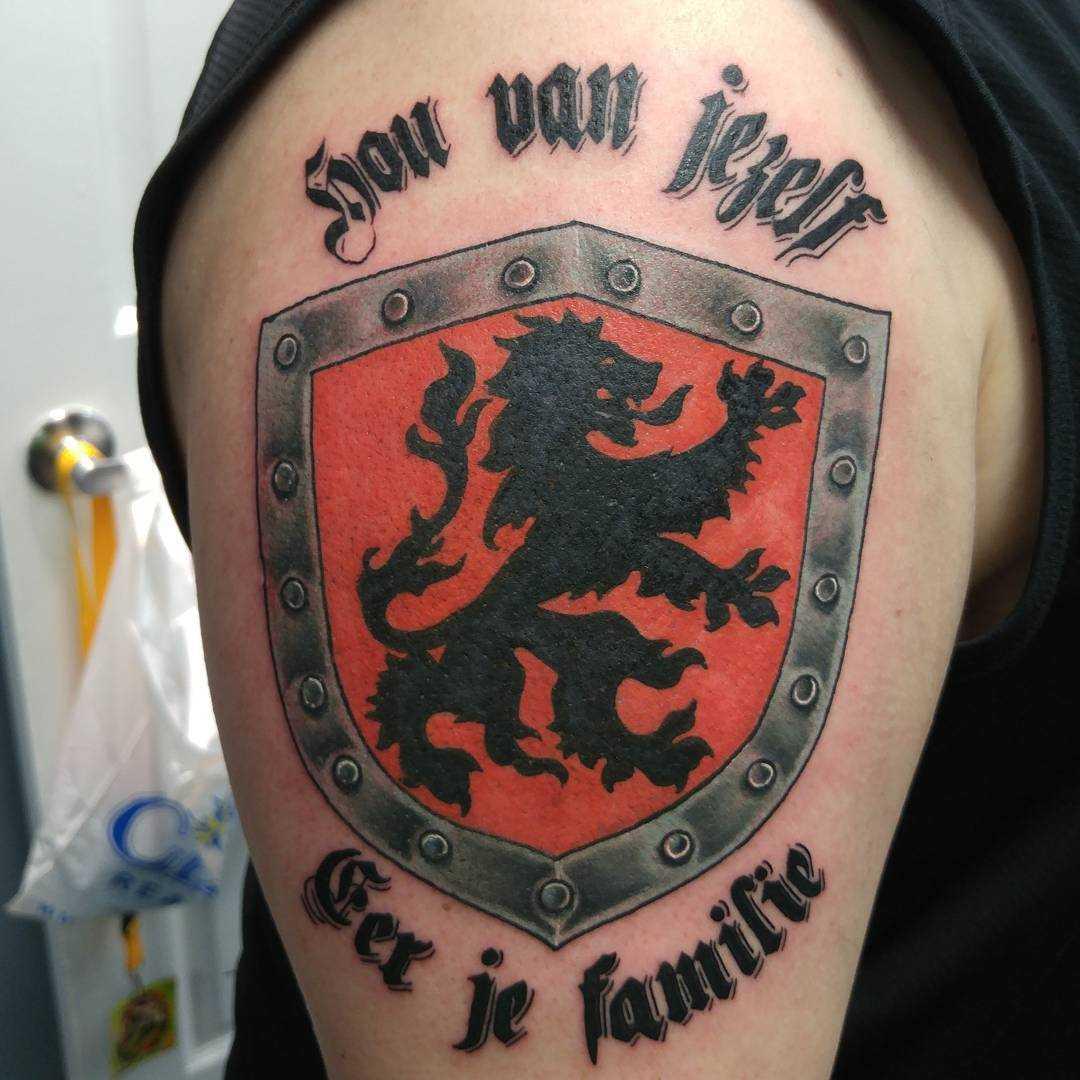 O desenho do escudo com a inscrição no ombro de homens