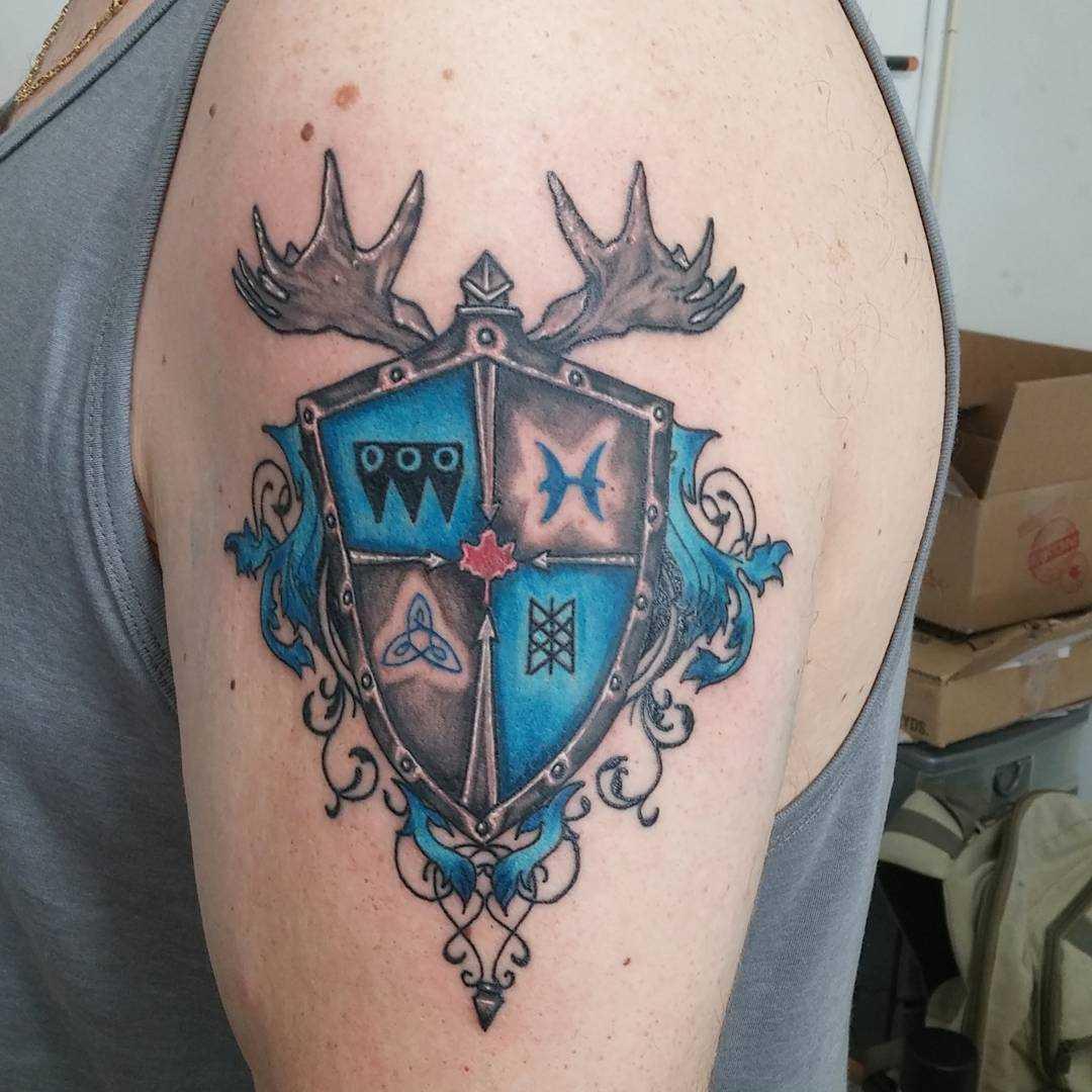 O desenho do escudo, com um par de chifres no ombro do cara