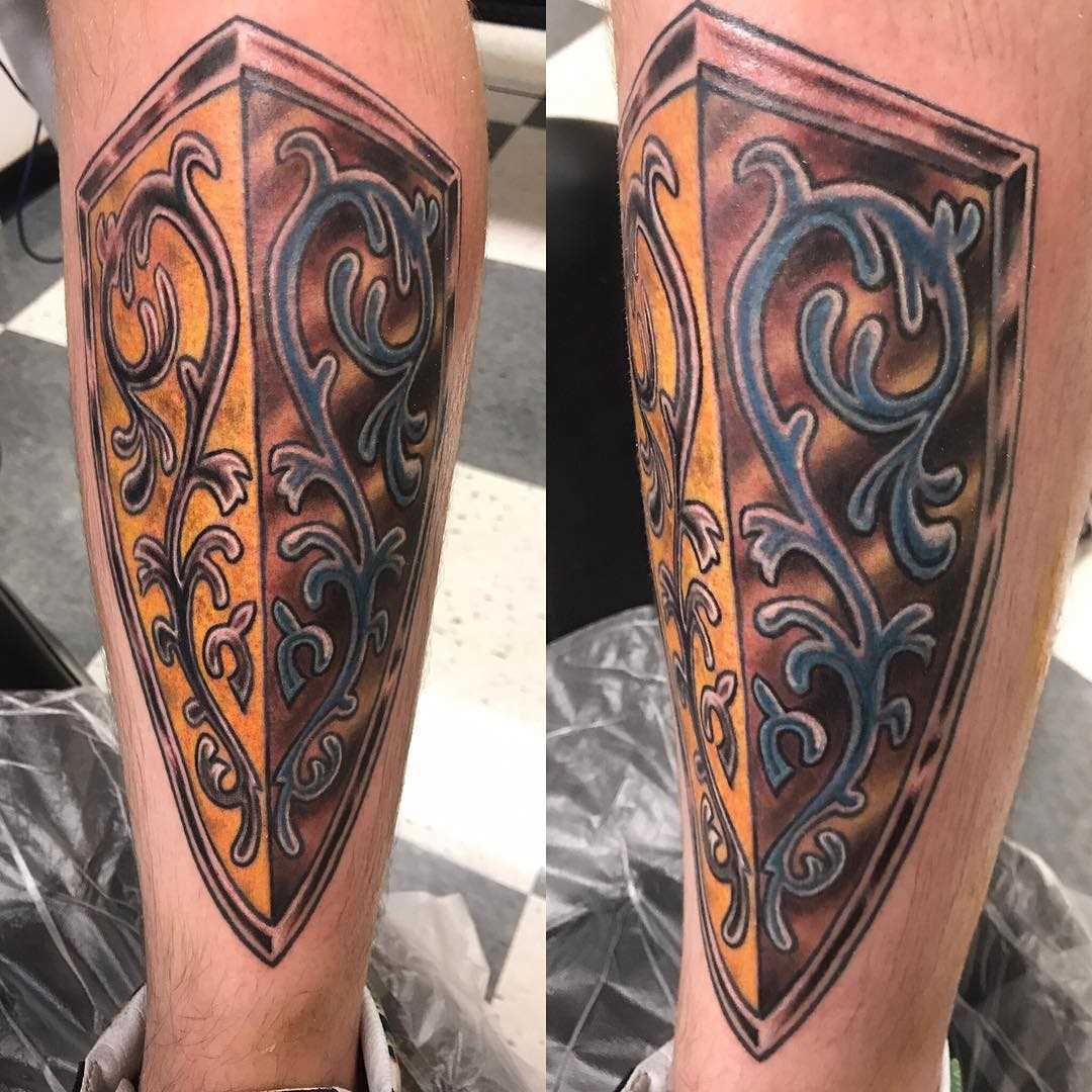 O desenho do escudo sobre a perna de homens