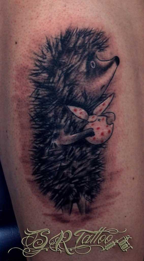 O ouriço em uma névoa tatuagem na perna da menina