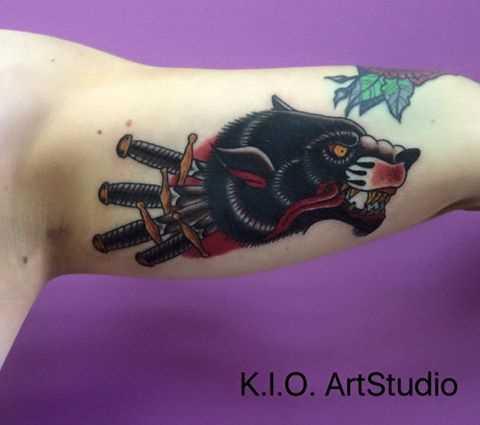 Oldschool - tatuagem de pantera na mão de um cara