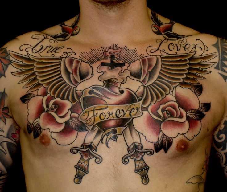 Oldschool tatuagem na cara no peito o coração e asas