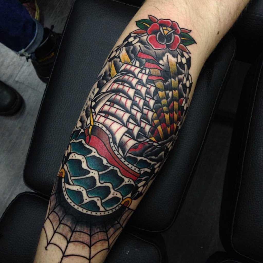 Oldschool tatuagem na perna de um cara - veleiro