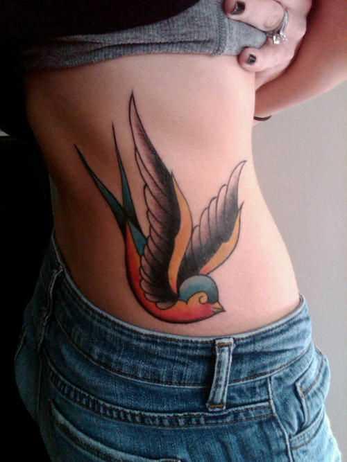 Oldschool tatuagem no lado da menina - andorinha
