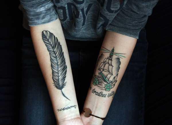 Preto-e-branco de uma tatuagem de uma menina no antebraço grande em forma de caneta