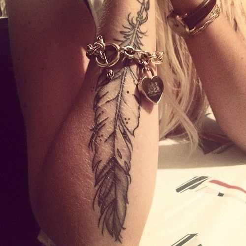 Preto-e-branco de uma tatuagem que a menina no antebraço grande em forma de caneta