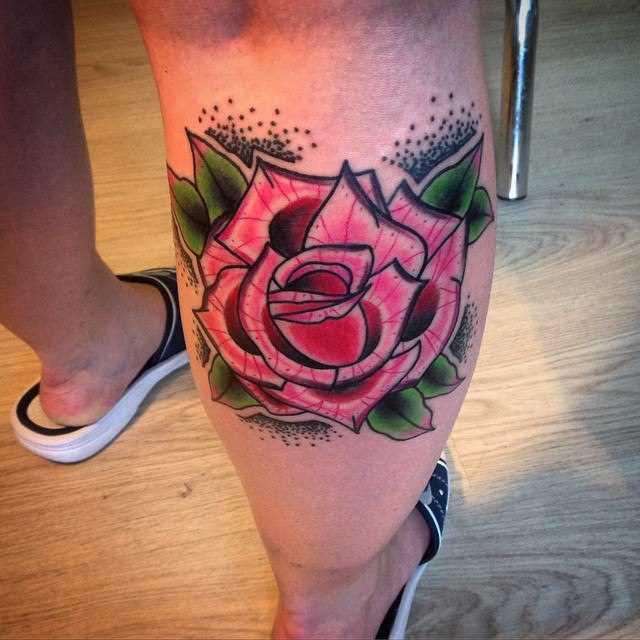 Rosa sobre a perna de um cara - de- tatuagens old school estilo