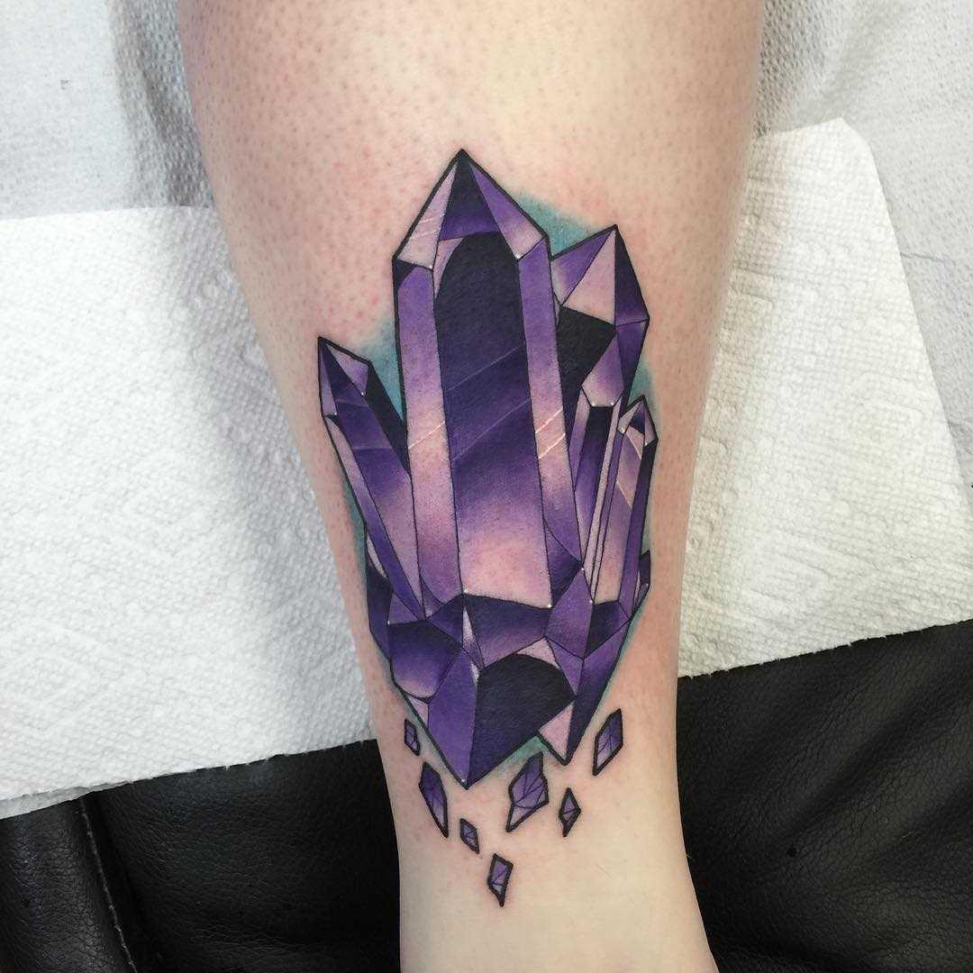 Roxo figura de cristais sobre a perna da menina